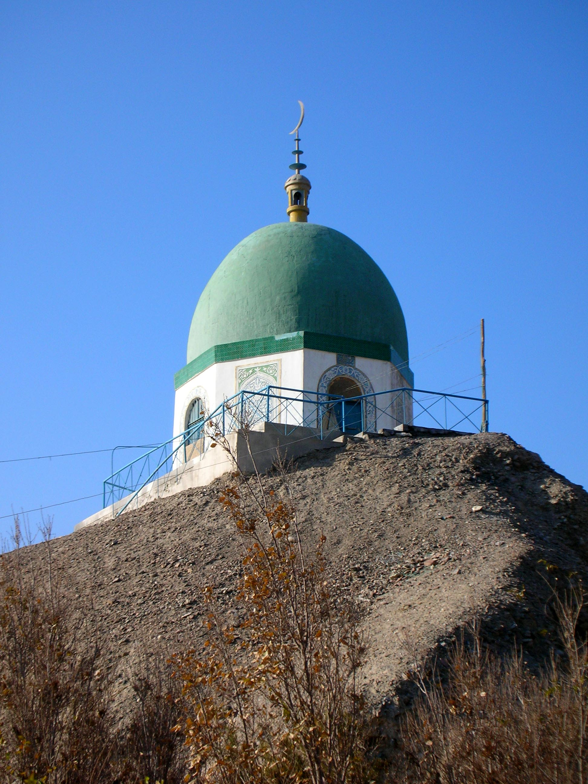 The small mosque in front of Korla's Uyghur graveyard.