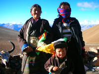 A Tibetan family posing for tourist dollars at Bangla Pass.