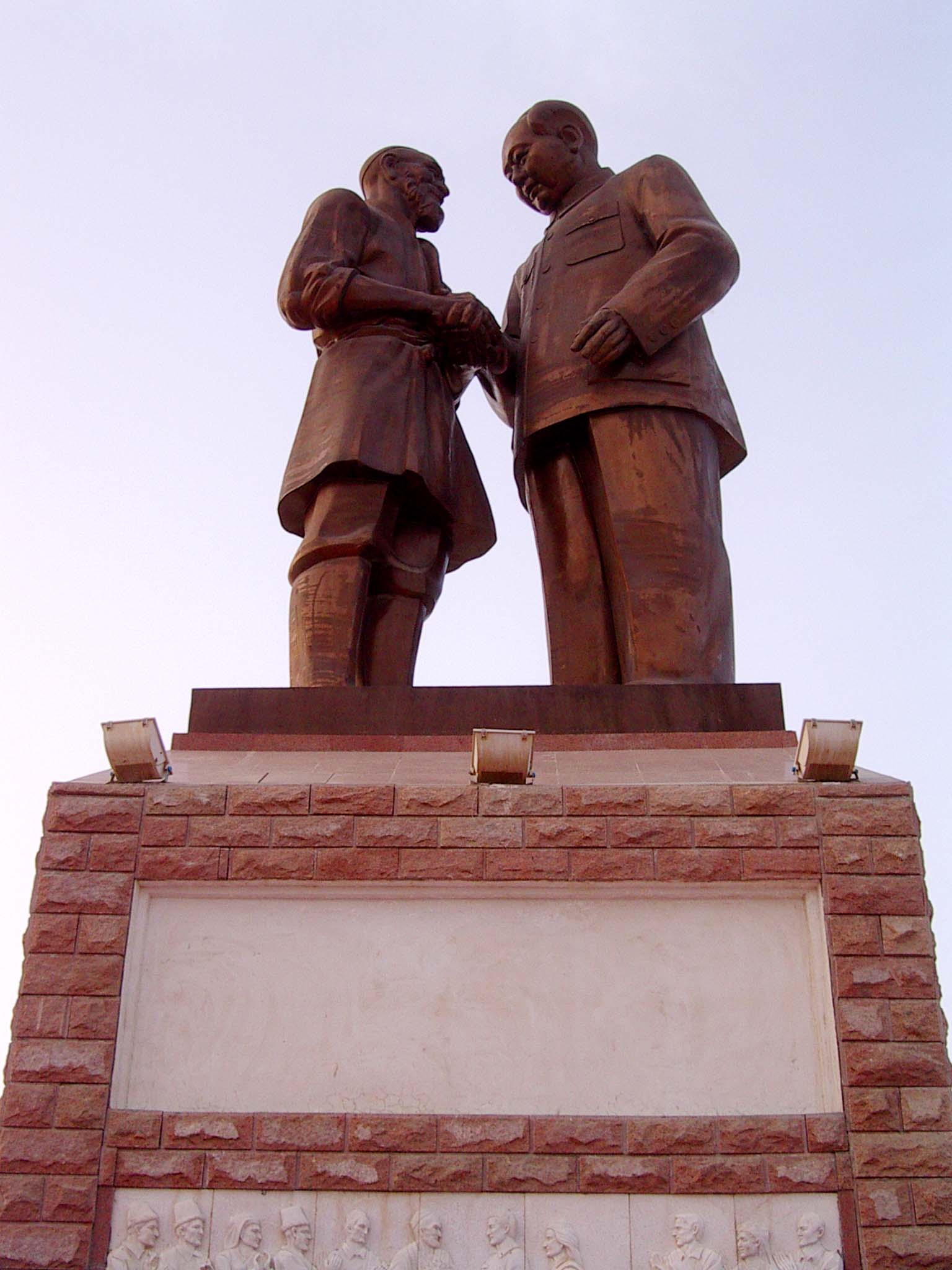 Now that's what I call a Mao tribute! Hotan's statue is far bigger than the statues I saw to the east (although not nearly as large as Kashgar's solo statue of Mao).